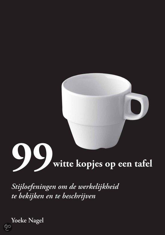 99 witte kopjes op een tafel