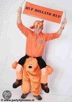 Oranje supporter op leeuw