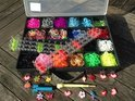 Loom Bands Loomfun Starter kit +  2 Loomboards + opberg box L - Inclusief 4000 Bandjeselastiekjes + Loomfun Bedeltjes Armbandjes.