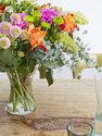 Boeket verse bloemen met oranje, roze bloemen