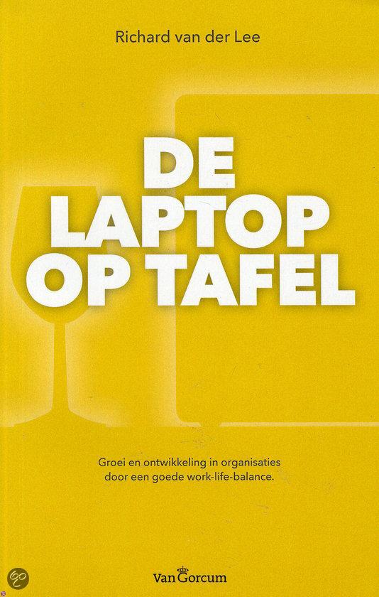 De laptop op tafel