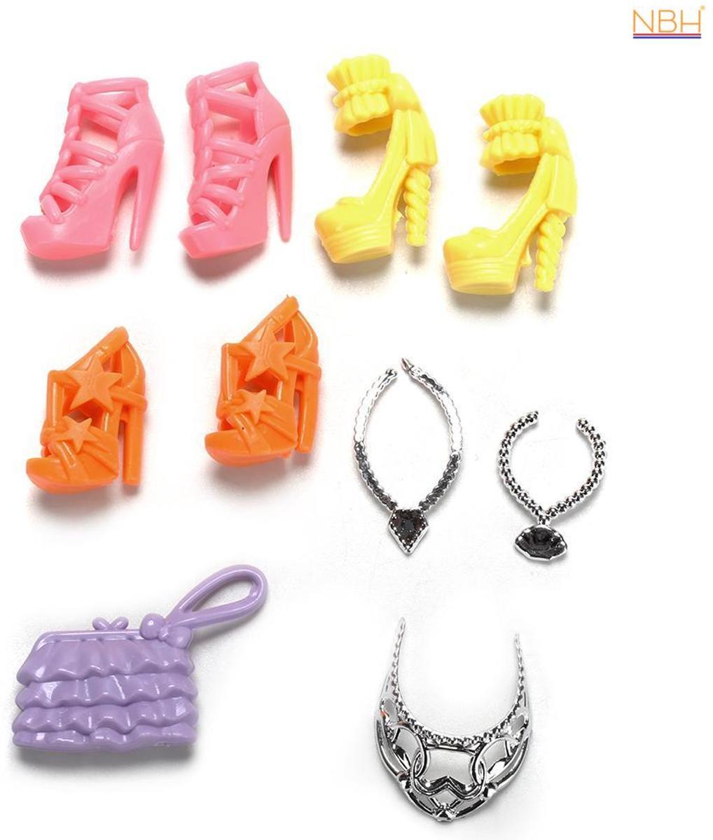 3 paar schoenen, 3 colliers en een tasje voor de Barbie pop
