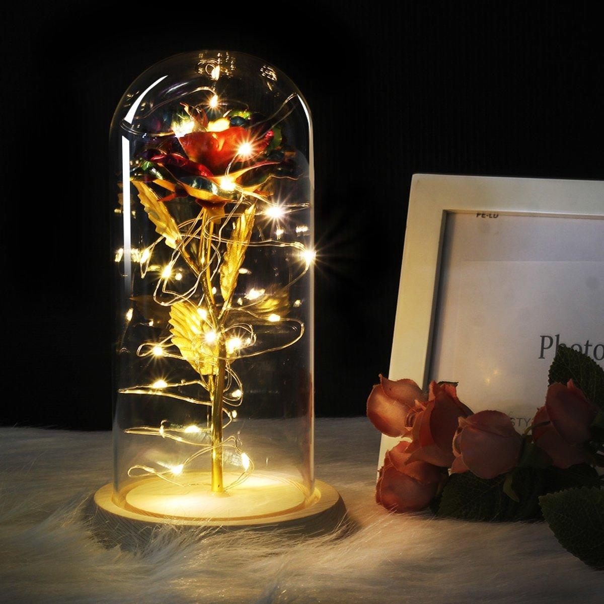 Gouden roos in glazen stolp met LED