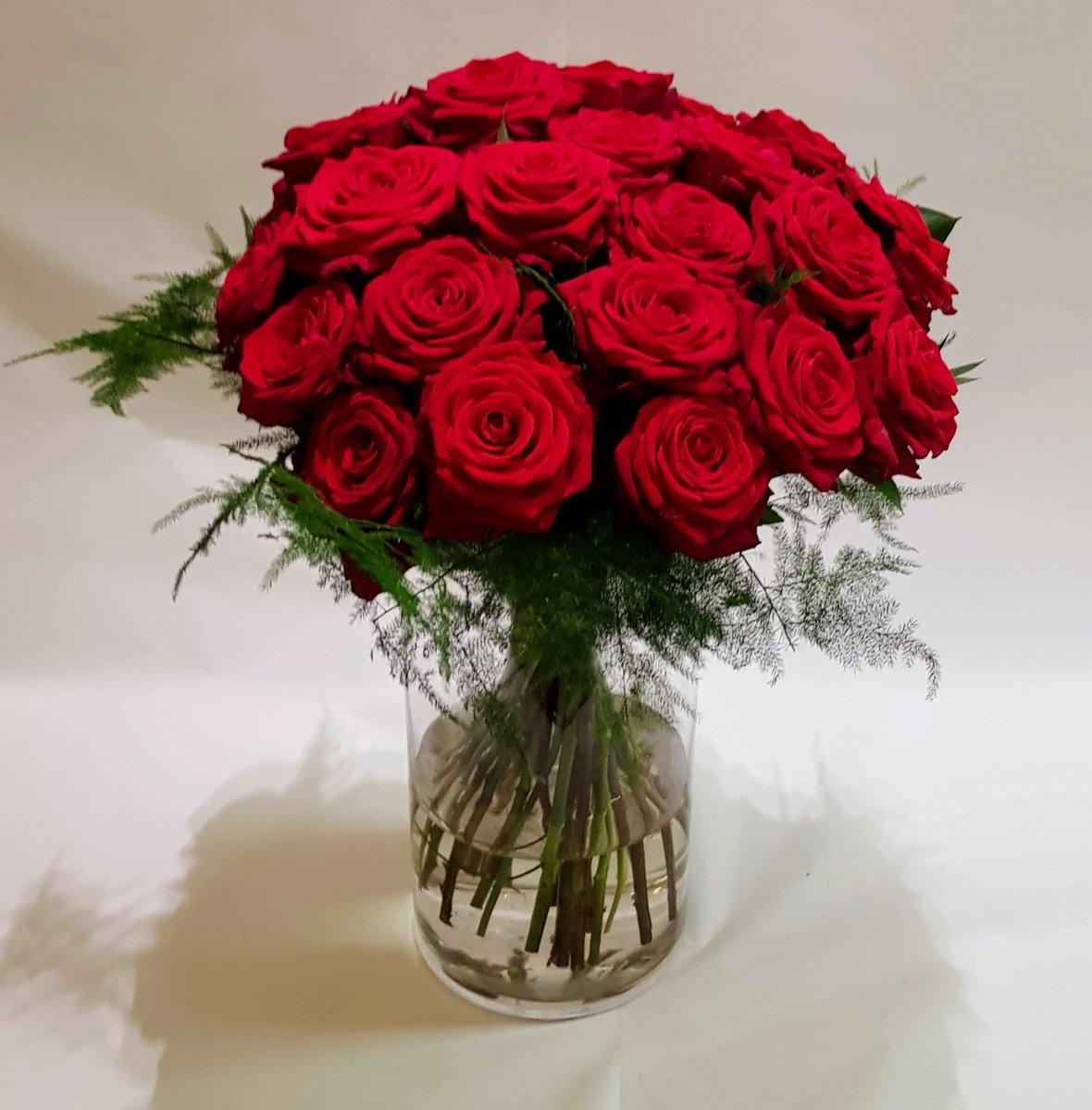 boeket 25 verse rode rozen - dikke knoppen - enkele takjes groen kopen