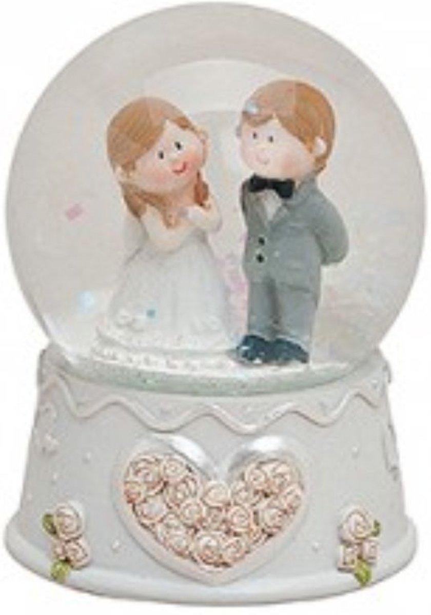 Sneeuwbol huwelijk en bruiloft staand paar kopen