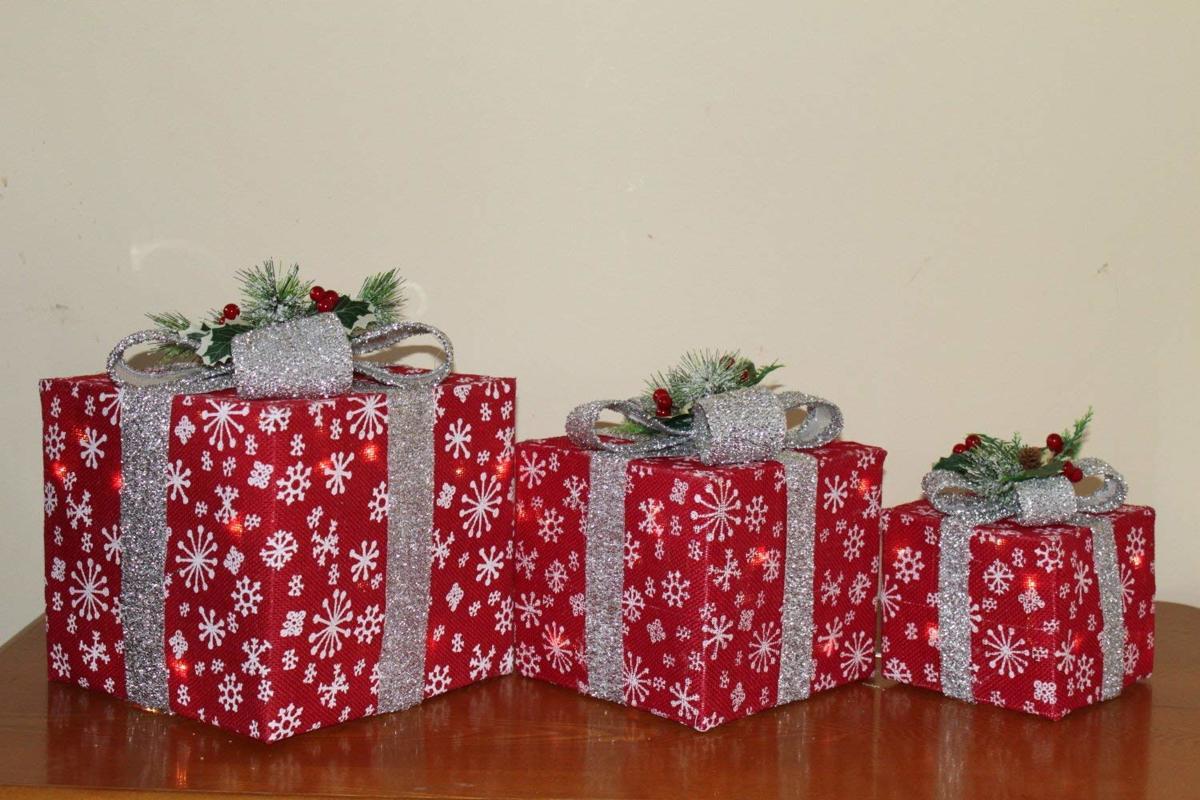 3 decoratieve kerstcadeaus - Rode Sisal met zilveren strik - 35 witte led lampjes - Kerstboom kopen