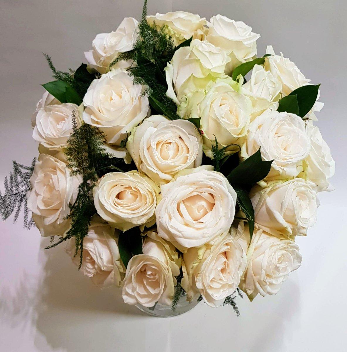 boeket 21 verse witte  rozen - dikke knoppen - enkele takjes groen kopen