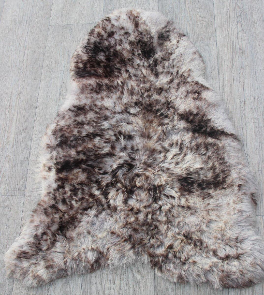 Zachte IJslandse schapenvacht grijs met donkere wolpuntjes kopen