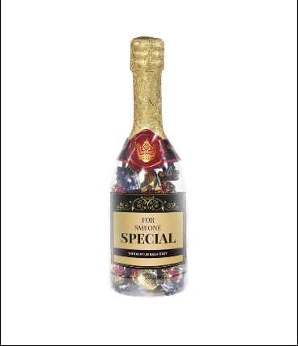 Afbeelding van product Snoepkado.com  Valentijn - Champagnefles - For someone special - Gevuld met een Valentijnsmix - In cadeauverpakking met gekleurd lint