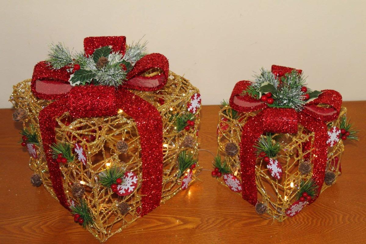 2 decoratieve kerstcadeaus - Gouden rotan met rode strik - 25 witte led lampjes - Kerstboom kopen