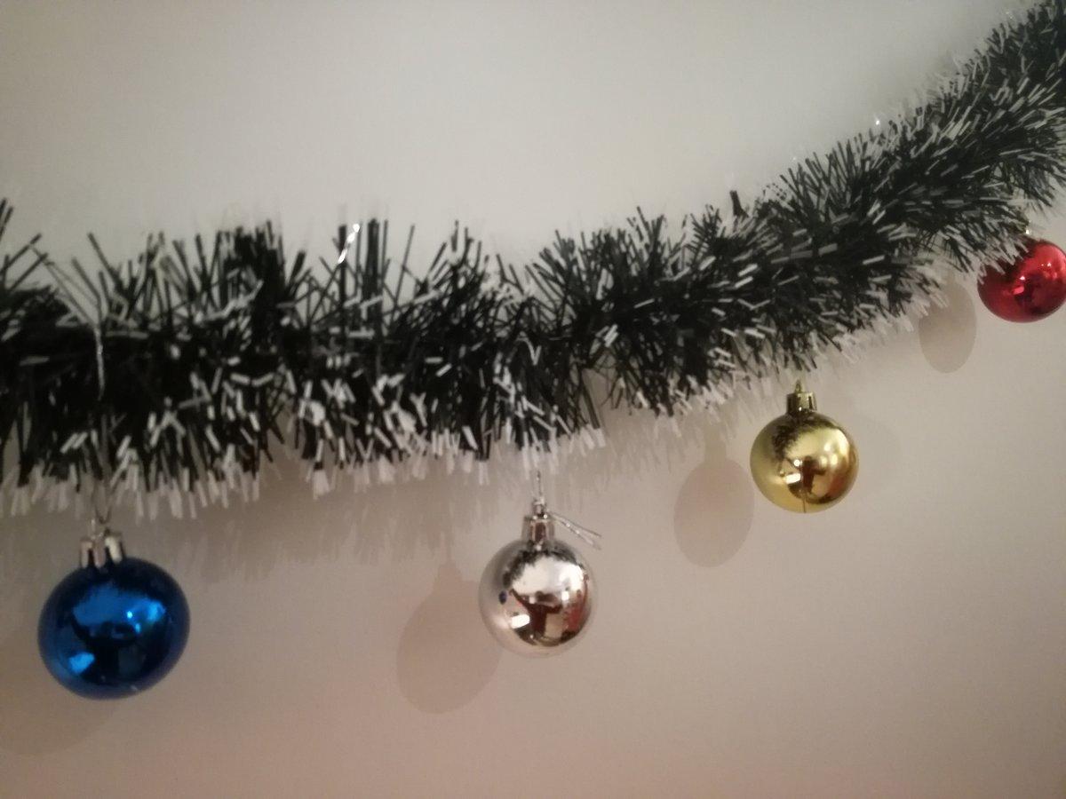 Kerstslinger met gekleurde kerstballen - 2 meter kopen