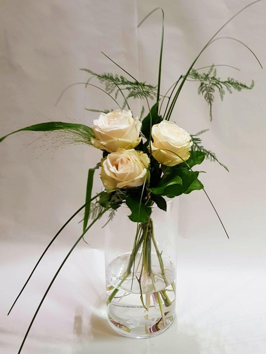 boeket 3 verse witte rozen - dikke knoppen - enkele takjes groen kopen