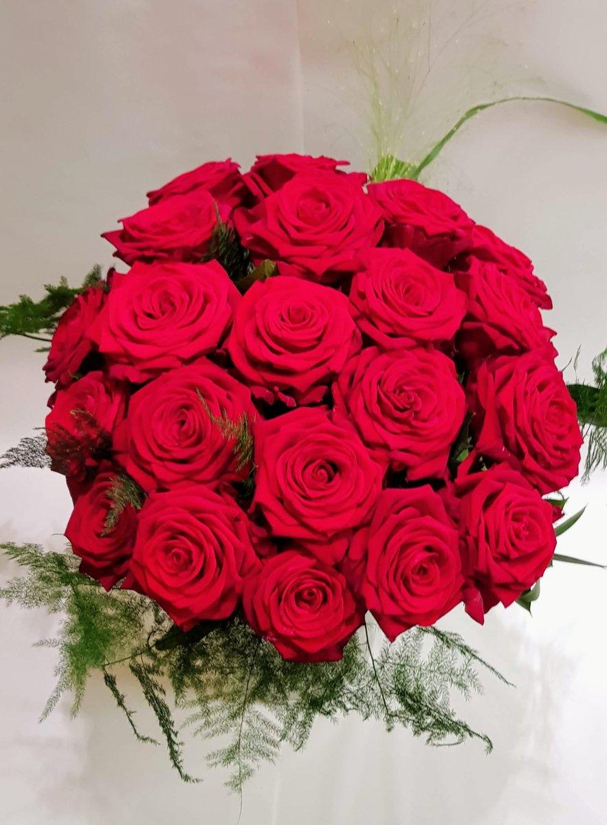 boeket 21 verse rode rozen - dikke knoppen - enkele takjes groen kopen