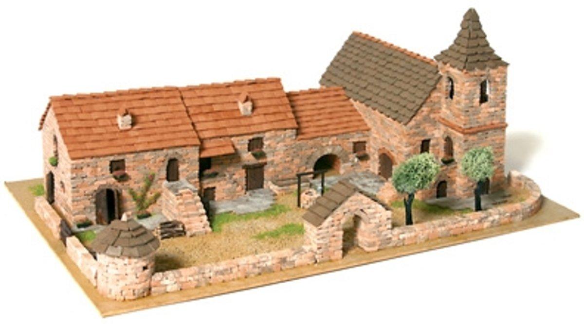 Diorama 5 van echte baksteentjes met kerkje en omringende muur