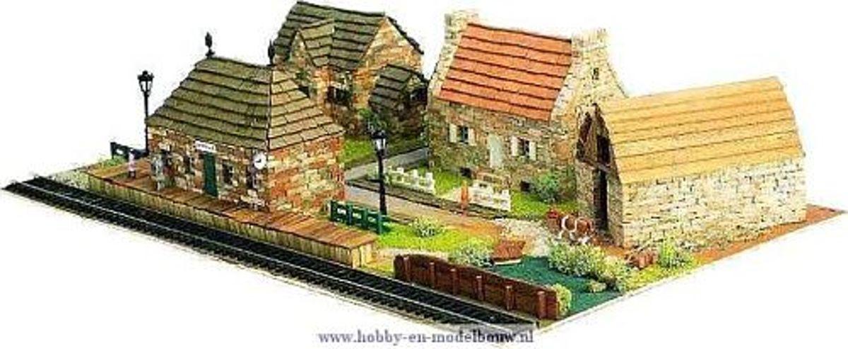 Diorama van een dorpje met 2 huizen, een hooischuur en een station