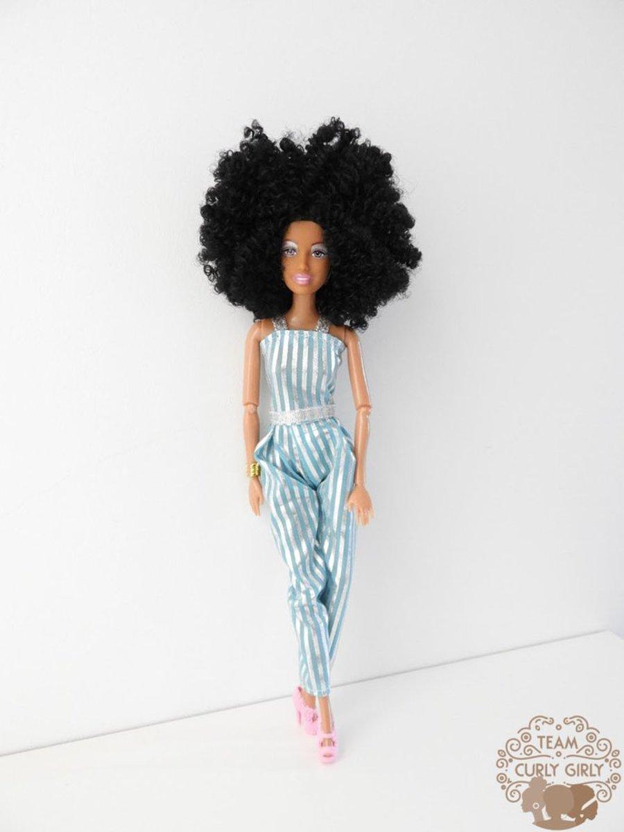 Bruine barbie pop met afro krullend haar - Bruine pop met zwarte krullen - Donkere barbie pop - Afrikaanse pop 30 cm - Afro American Barbie pop | INCL. VERZENDKOSTEN
