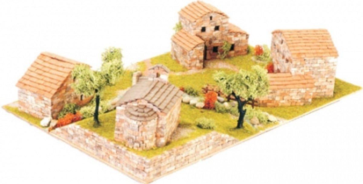 Diorama van een dorpje met 4 huizen en een brug