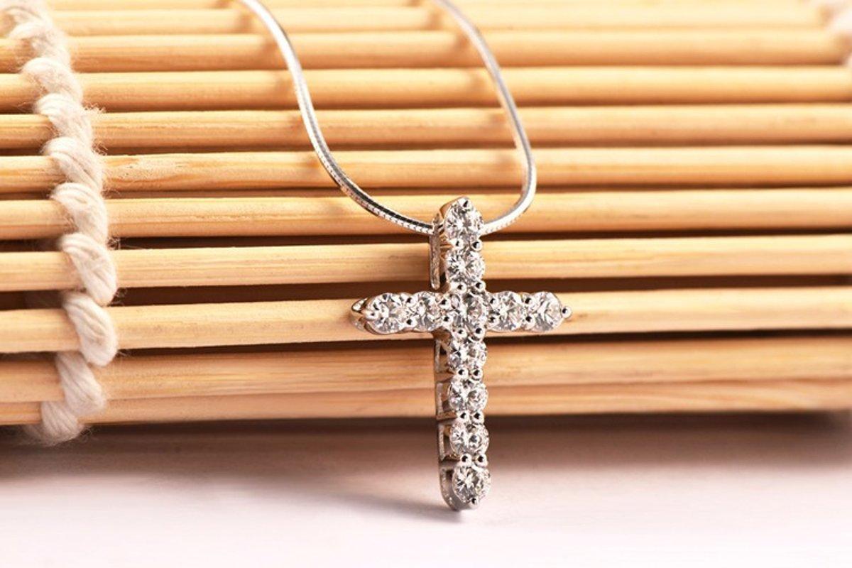 Fashionidea – mooie dunne zilveren ketting met sierlijk klein kruisje voorzien van glimmende zirkonias