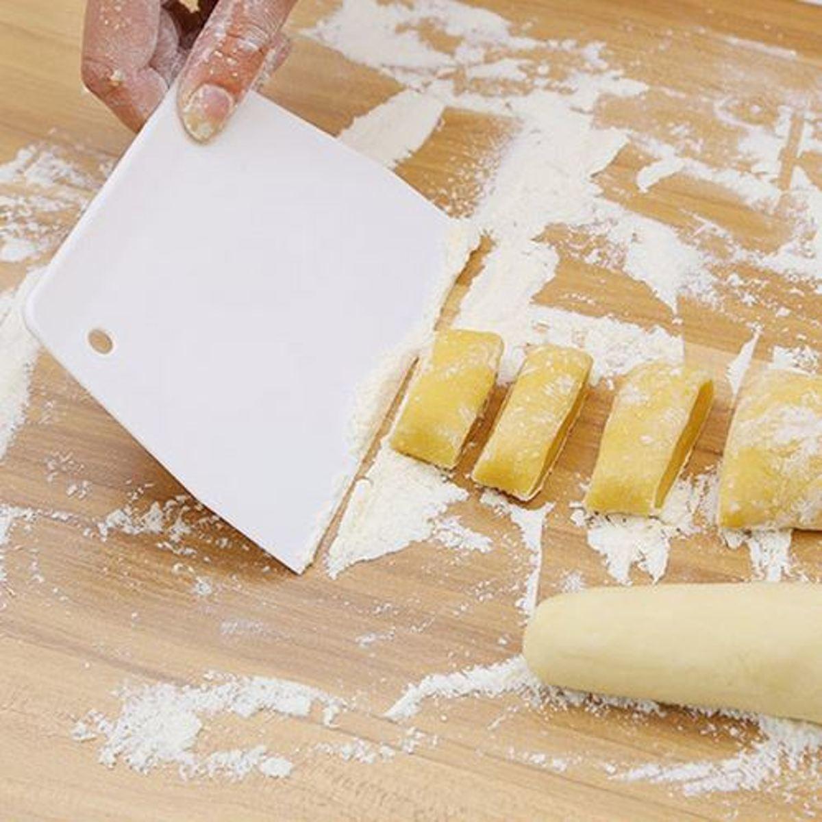 Deegschraper - Kunststof Schraper voor taart / icing / cake / deeg - Deeg snijder - Deegkrabber - Deeg cutter Keuken tool kopen