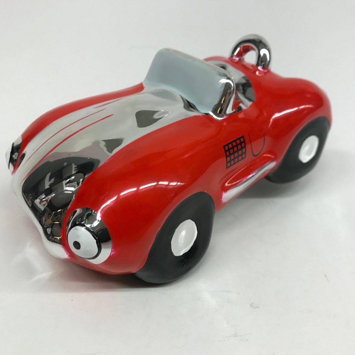 Spaarpot rode sportauto glimmend en gemaakt van keramiek