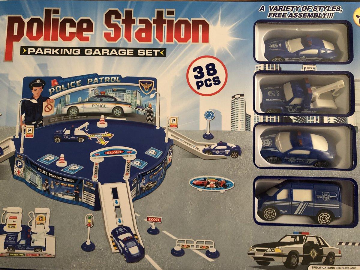 Politie station met 4 autotjes en tank station verkeersborden afzetpaaltjes