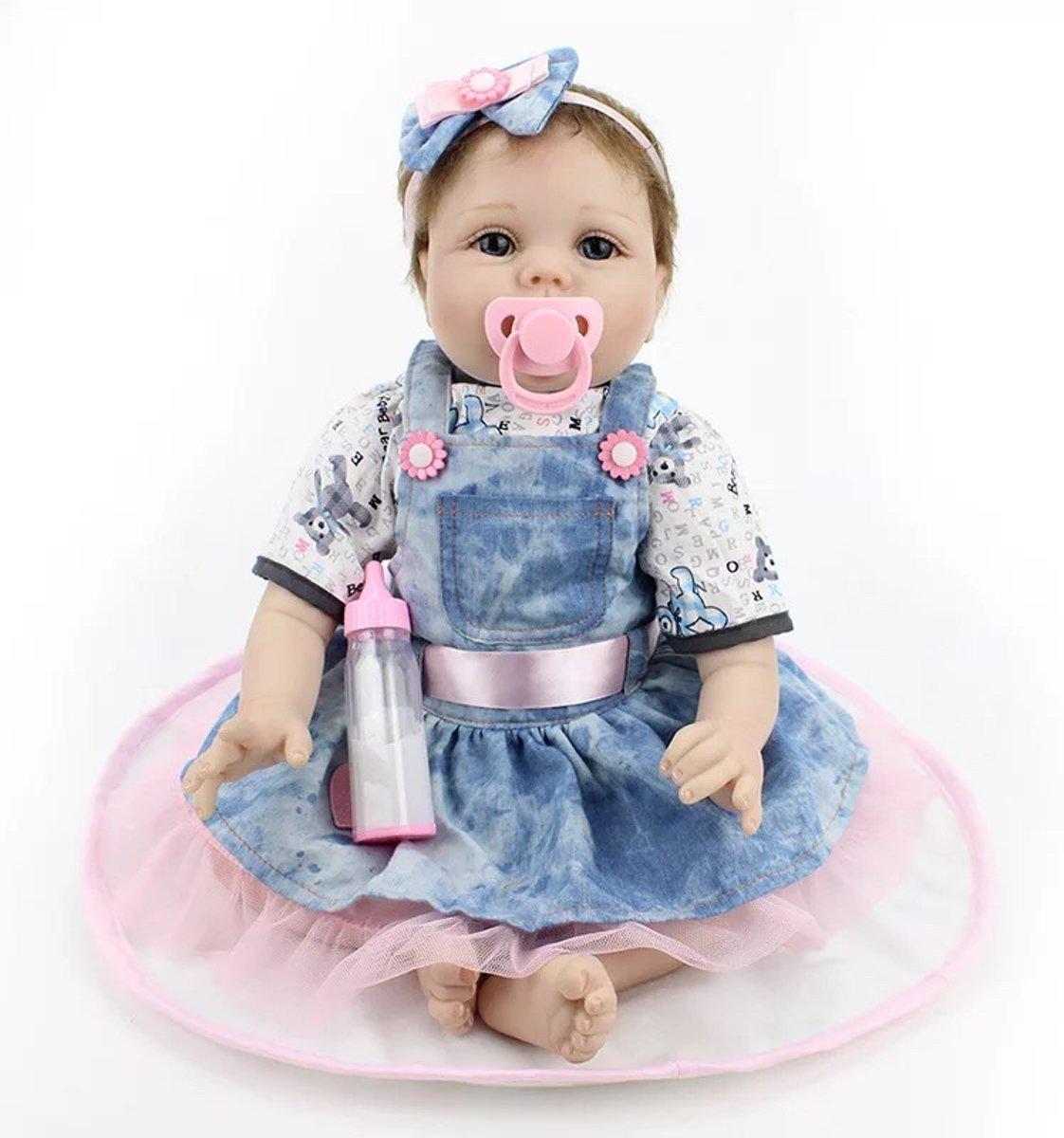 Reborn baby pop in blauwe jurk (jeans) met speen, fles en haarband – Levensecht en hand gemaakt 55cm