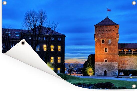Koninklijke Kasteel van Wawel in Polen bij nacht met kleurrijke verlichting Tuinposter 120x80 cm - Tuindoek / Buitencanvas / Schilderijen voor buiten (tuin decoratie)