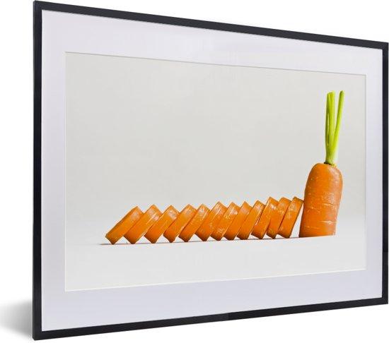 Foto in lijst - Neergelegde plakjes peen steunend op een halve wortel fotolijst zwart met witte passe-partout klein 40x30 cm - Poster in lijst (Wanddecoratie woonkamer / slaapkamer)