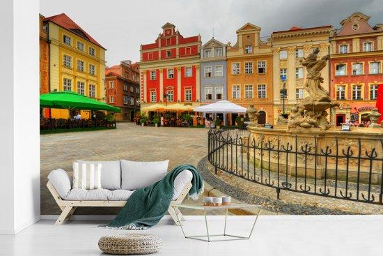 Fotobehang vinyl - Stadsplein van Poznan in Polen breedte 610 cm x hoogte 380 cm - Foto print op behang (in 7 formaten beschikbaar)