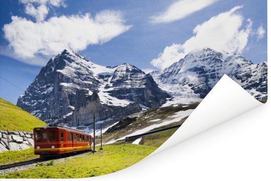 Een rode trein met bergen op de achtergrond Poster 30x20 cm - klein - Foto print op Poster (wanddecoratie woonkamer / slaapkamer)