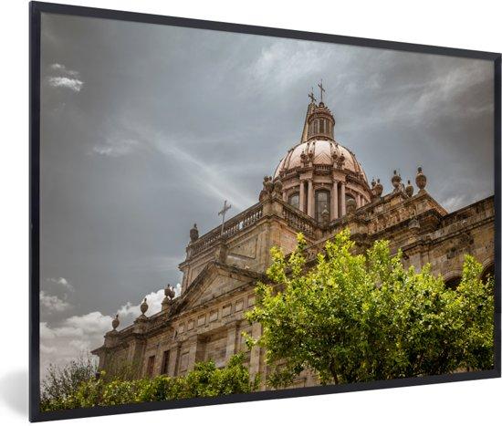 Foto in lijst - De kathedraal van Guadalajara tijdens een bewolkte dag in Mexico fotolijst zwart 60x40 cm - Poster in lijst (Wanddecoratie woonkamer / slaapkamer)