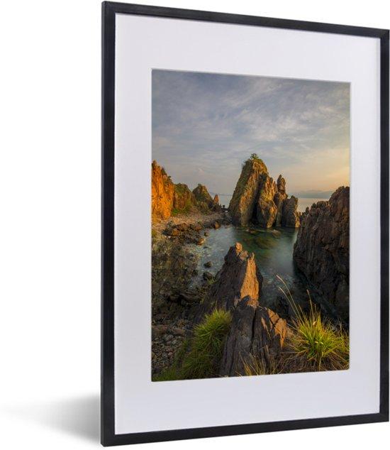 Foto in lijst - Galapagoseilanden met rotsen op zee in ochtendlicht fotolijst zwart met witte passe-partout klein 30x40 cm - Poster in lijst (Wanddecoratie woonkamer / slaapkamer)