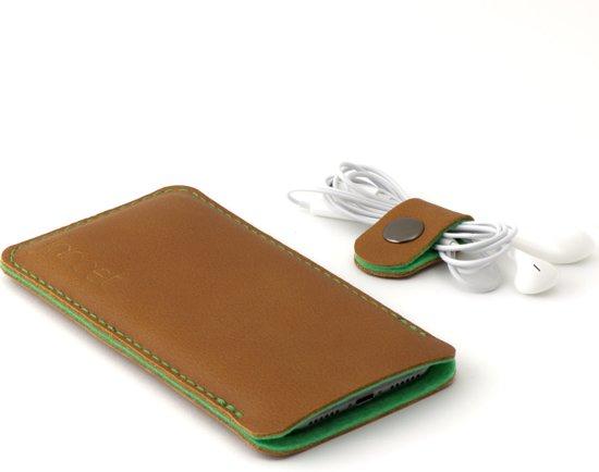 Jaccet - iPhone 7 plus case - Handgemaakt Lederen sleeve. Bruin leer met groen wolvilt voering.