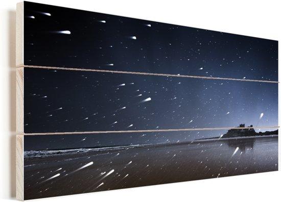 Sterrenhemel boven het Kasteel Bamburgh in Engeland Vurenhout met planken 80x40 cm - Foto print op Hout (Wanddecoratie)