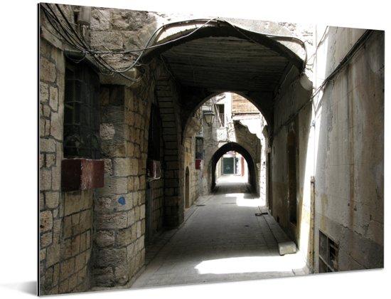 Straatbeeld in witte straten van Aleppo in Syrië Aluminium 160x120 cm - Foto print op Aluminium (metaal wanddecoratie) XXL / Groot formaat!