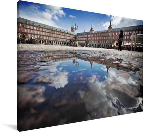 Plaza Mayor met blauwe lucht en weerkaatsing in het water in Madrid Canvas 140x90 cm - Foto print op Canvas schilderij (Wanddecoratie woonkamer / slaapkamer)