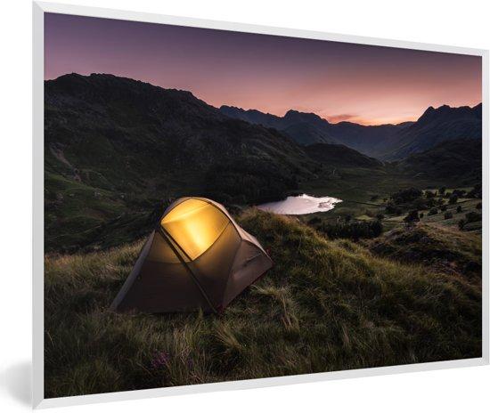 Foto in lijst - Lake District met een verlichtte kampeertent fotolijst wit 60x40 cm - Poster in lijst (Wanddecoratie woonkamer / slaapkamer)