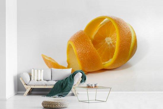 Fotobehang vinyl - Sinaasappel die halverwege is geschild breedte 515 cm x hoogte 320 cm - Foto print op behang (in 7 formaten beschikbaar)