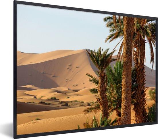 Foto in lijst - Marokkaanse palmbomen en duinen in Merzouga bij Erg Chebbi fotolijst zwart 40x30 cm - Poster in lijst (Wanddecoratie woonkamer / slaapkamer)