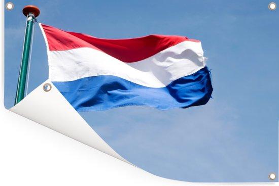 Vlag van Nederland op een vlaggenstok tegen blauwe hemelachtergrond Tuinposter 180x120 cm - Tuindoek / Buitencanvas / Schilderijen voor buiten (tuin decoratie) XXL / Groot formaat!