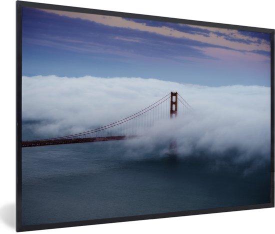 Foto in lijst - Golden gate bridge getroffen door wolkgordijn fotolijst zwart 60x40 cm - Poster in lijst (Wanddecoratie woonkamer / slaapkamer)