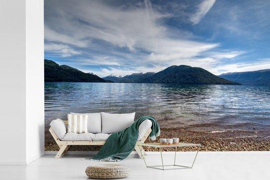 Fotobehang vinyl - Een deel van het Mascardi-meer bij Nahuel Huapi met op de achtergrond een berglandschap breedte 390 cm x hoogte 260 cm - Foto print op behang (in 7 formaten beschikbaar)
