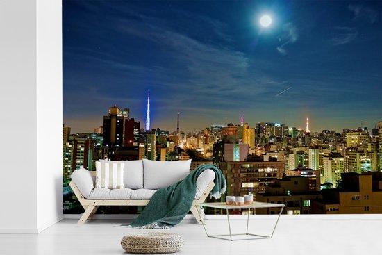 Fotobehang vinyl - Een volle maan schijnt over de miljoenenstad São Paulo in Brazilië breedte 390 cm x hoogte 260 cm - Foto print op behang (in 7 formaten beschikbaar)