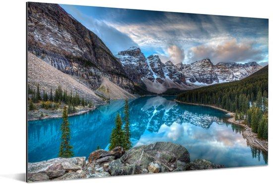Blauw meer in het Nationaal park Banff in Canada Aluminium 90x60 cm - Foto print op Aluminium (metaal wanddecoratie)