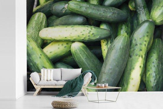 Fotobehang vinyl - Een stapel volle komkommers breedte 525 cm x hoogte 350 cm - Foto print op behang (in 7 formaten beschikbaar)