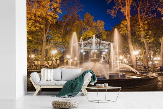 Fotobehang vinyl - Schitterende fontein in de stadstuin van Odessa aan de Zwarte Zee breedte 390 cm x hoogte 260 cm - Foto print op behang (in 7 formaten beschikbaar)