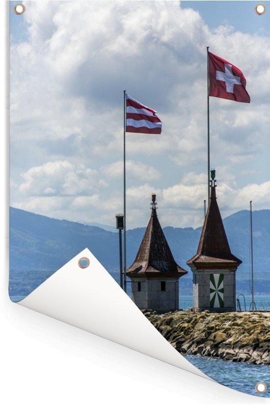 Mooie vlaggen op de huisjes bij het Meer van Genève Tuinposter 60x90 cm - Tuindoek / Buitencanvas / Schilderijen voor buiten (tuin decoratie)