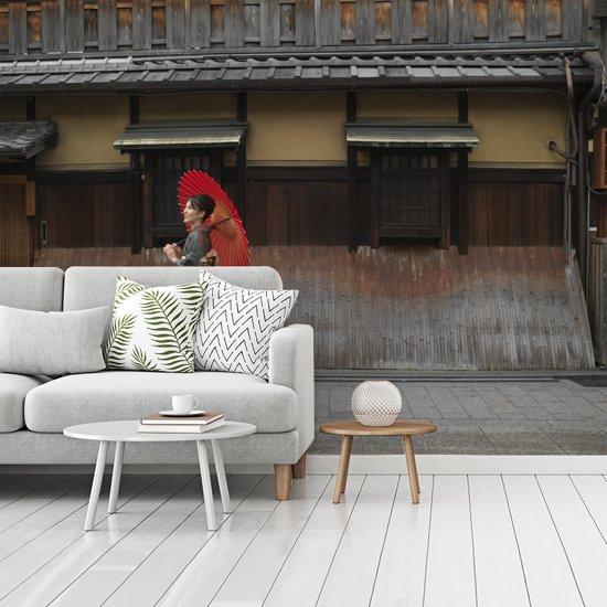 Fotobehang vinyl - Vrouw met paraplu in het Japanse Gion bij Kyoto breedte 350 cm x hoogte 260 cm - Foto print op behang (in 7 formaten beschikbaar)