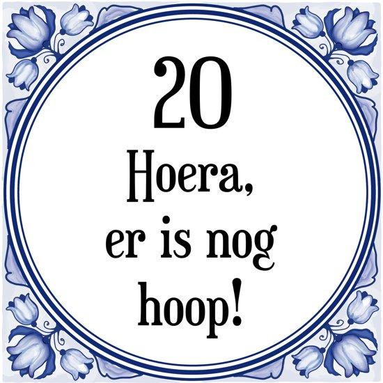 Bol Com Verjaardag Tegeltje Met Spreuk 20 Jaar Hoera Er Is Nog