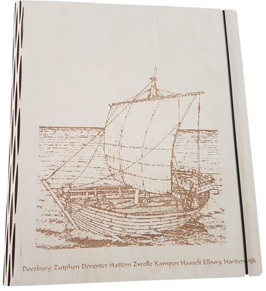 Houten A4 map van Era Wood, met ringmechaniek, op de voorkant een gravure: De Hanze
